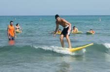 Thumbnail Teilnehmer lernen, wie man auf den Wellen surfen soll