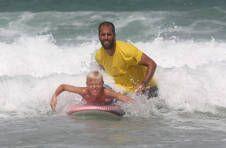 Thumbnail Internationaler Teilnehmer hat Spaß beim Surfen