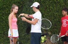 Thumbnail ISC Trainer beim Unterrichten bei unserem Tennis Sommercamp