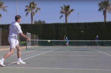 Thumbnail Internationale Teilnehmer beim Tennistraining auf dem Tennisspielfeld in Alicante