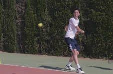 Thumbnail Trainer und Teilnehmer beim Ausüben der Tennis-Rückhand in Spanien