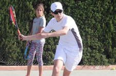 Thumbnail Trainer und Teilnehmer beim Ausüben der Tennis-Vorhand in Spanien